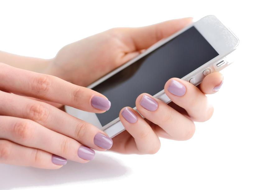 Mano di donna con cellulare guarda sito web
